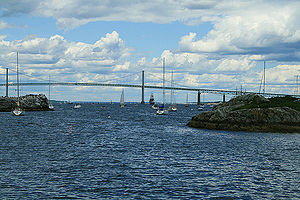 English: Bridge and Narragansett Bay