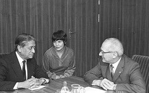 World Peace Council - Image: Bundesarchiv Bild 183 1982 0121 028, Erich Honecker und Romesh Chandra