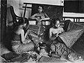 COLLECTIE TROPENMUSEUM Een geposeerde opname van een kleine batikwerkplaats. Middenvoor enkele cantings. De vrouwen dragen een kemben (borstdoek). Java TMnr 60034291.jpg