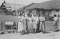 COLLECTIE TROPENMUSEUM Groepsportret met onder meer J. Vink-Duiven en haar dochter Geesje voor het hek van het vliegveld Kemajoran TMnr 60049180.jpg
