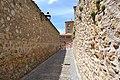 Callejuela próxima al acueducto de Segovia (26994948050).jpg
