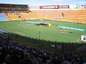 Español: Vista del campo del Estadio Cuscatlán...
