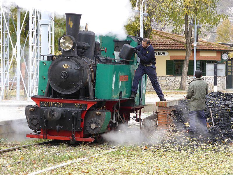 Cargando carbón en la locomotora de vapor Áliva, en la estación de La Poveda (Arganda del Rey)