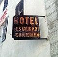 Charix - Ancienne enseigne hôtel restaurant épicerie rouillée.jpg