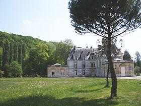 Le château d'Acquigny, de la grille du parc.