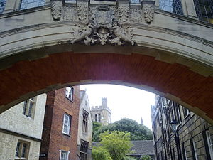 Bridge of Sighs (Oxford) - A close up of the coat of arms on Hertford Bridge, looking up into New College Lane