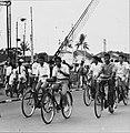 Collectie NMvWereldculturen, TM-20000939, Negatief, 'Fietsers in de hoofdstraat Jalan Malioboro', fotograaf Boy Lawson, 1971.jpg