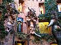 Conjunto decorativo en los muros del patio de butacas del Teatro-Museo Dalí de Figueres, Girona. - panoramio.jpg