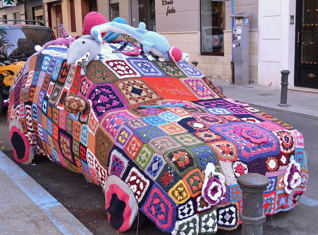 1024px-Cotxe_cobert%2C_yarn_bombing%2C_pla%C3%A7a_Nova%2C_Alacant.JPG