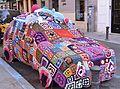 Cotxe cobert, yarn bombing, plaça Nova, Alacant.JPG