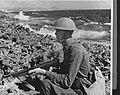 Curaçao. Militaire oefeningen. Soldaat met machinepistool in aanslag op rotsen , Bestanddeelnr 935-1401.jpg