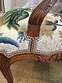 Détail de la pose d'un galon sur un fauteuil Louis XV.jpg