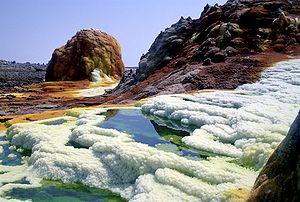 Dallol, flaque d'acide et formation de sel, souffre et autres minéraux