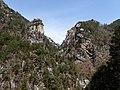 De Kakuenbō (rots) in de Shōsenkyō vallei te Kofu, gezien vanaf de prefecturale weg 7, -14 april 2019.jpg