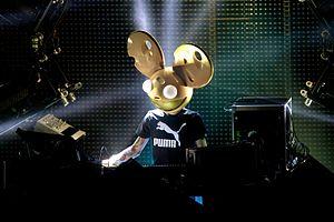 DJ mit einer Mauskopfmaske, der live auftritt