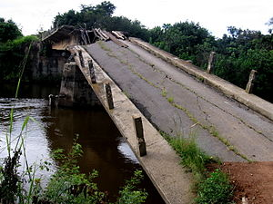 Destroyed bridge by Angolan civil war.JPG