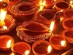 Les lampes dip (ou diya), allumées en l'honneur du retour de Rama à Ayodhya, et qui ont donné leur nom à Dipavali.