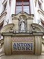 DomSuskiego-MozaikaIFigurkaMatkiBożej-POL, Kraków.jpg
