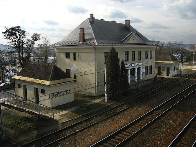 https://upload.wikimedia.org/wikipedia/commons/thumb/6/61/Dworzec_Mydlniki.jpg/640px-Dworzec_Mydlniki.jpg