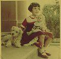 Edna Iturralde con Jip y Nancy 1953.jpg