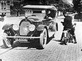 Een Nijmeegse politiefunctionaris die een automobilist aanhoudt ca.1930(?) GN15837.jpeg