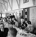 Een lunch georganiseerd voor KLM medewerkers en staf. In het midden zit KLM-dire, Bestanddeelnr 254-2267.jpg