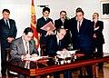 Felipe González asiste al acto de la firma de acuerdos de los ministros de Asuntos Exteriores de España y Portugal. Pool Moncloa. 18 de enero de 1996.jpeg
