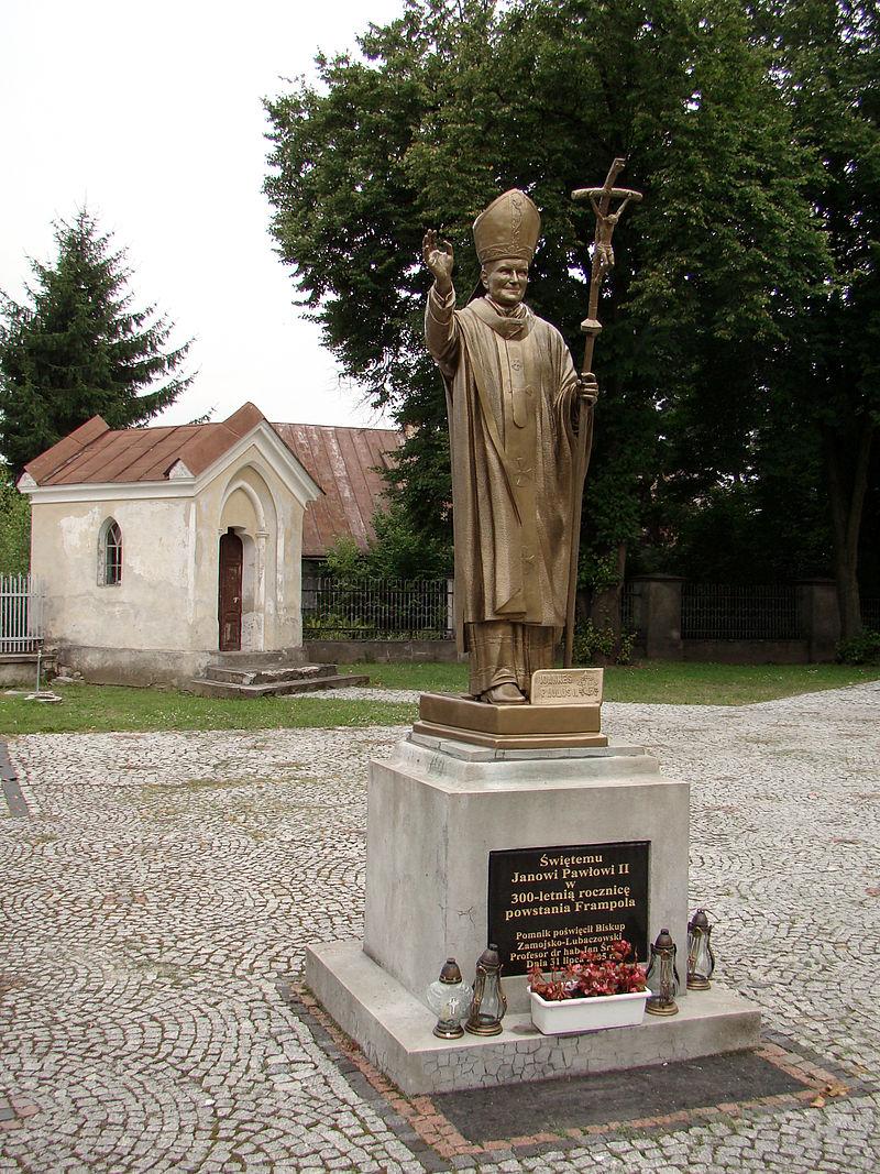Frampol - pomnik Jana Pawła II obok kościoła - DSC00544 v3.jpg