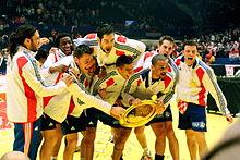 Les joueurs français posant dans les journalistes, avec le trophée du championnat d'Europe 2010