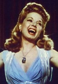 Frances Langford i trailern till Irving Berlins paradrevy (1943).