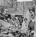 Franse actrice Capucine brengt bezoek aan Keukenhof, Bestanddeelnr 913-8160.jpg
