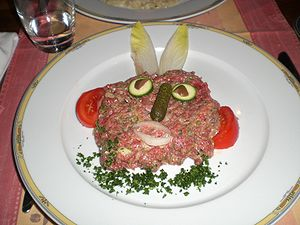 Français : Steak tartare présenté de façon ori...