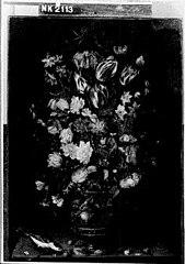 Stilleven met tulpen, anjers en andere bloemen in een vaas