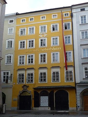 Дом, в котором родился Моцарт. Ныне там расположен музей композитора