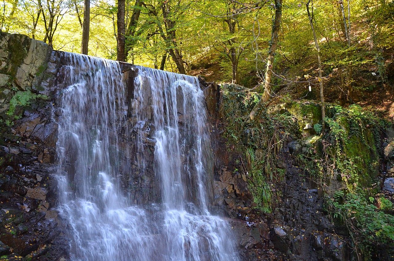 این آبشار در فصل بهارو پاییز آب فراوانی دارد و در تابستان کم آب میباشد. این منطقه علاقهمندان خاص خود را دارد و زوجهای جوان در روز عروسی خود به کنار این آبشار آمده و عکسهای به یاد ماندنی میگیرند.