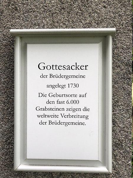 File:Gottesacker, Herrnhut, Schild am Eingang.jpg