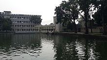 Grande stagno e edifici universitari