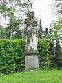 Großharthau, Park (weibl. Sandsteinstatue, Füllhorn mit Früchten, links innen).JPG