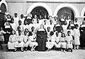 Groepsportret van de kinderen en de nonnen van het weeshuis op Cu... - Collectie stichting Nationaal Museum van Wereldculturen - TM-60036241.jpg