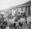 Grup de gent en una plaça sortint de missa a l'església de Santa Maria de Camprodon (cropped).jpeg