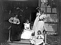 Gruppbild. Ett sällskap står och sitter på en verandatrappa - Nordiska Museet - NMA.0056444.jpg