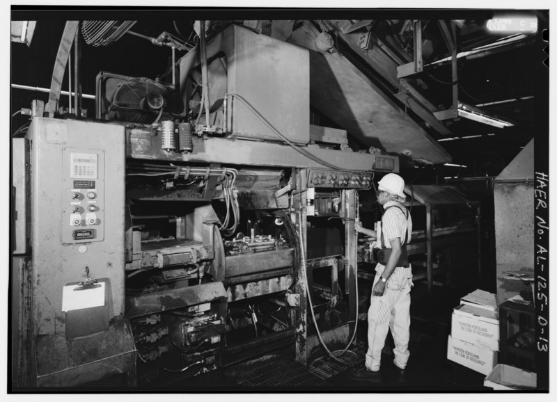 File:HUNTER 20 MATCHPLATE MOLDING MACHINE, WITH COMPLETED MOLD EXITING, DENNIS GRAY OPERATOR. - Southern Ductile Casting Company, Casting, 2217 Carolina Avenue, Bessemer, Jefferson HAER ALA,37-BES,5D-13.tif