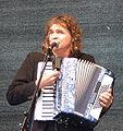 Hans-Eckardt Wenzel mit Akkordeon am Mikrofon cropped.jpg