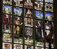 vitrail représentant à droite la reine Élisabeth priant revêtue d'un long manteau violet brodé d'hermine