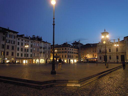 I colori delle luci in piazza San Giacomo a Udine...