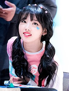 Im Na-yeon at a fanmeet in Jamsil, in May 2016 02.jpg
