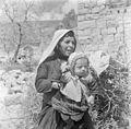 Israël 1948-1949; Peki'in. Peki'in in Galilea. Portret van een Druzenvrouw met jong kind. 255-0142.jpg