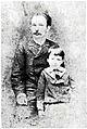 José Martí retrato junto a su hijo José Francisco en Nueva York 1885.jpg