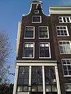 foto van Hoekhuis aan de binnenkant houten pui en vensterhekjes