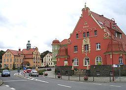 Kirschau: Ortskern mit Rathaus und Postamt, aufgenommen am 11.06.05, selbst fotografiert von Benutzer:Mudscha, GNU-FDL